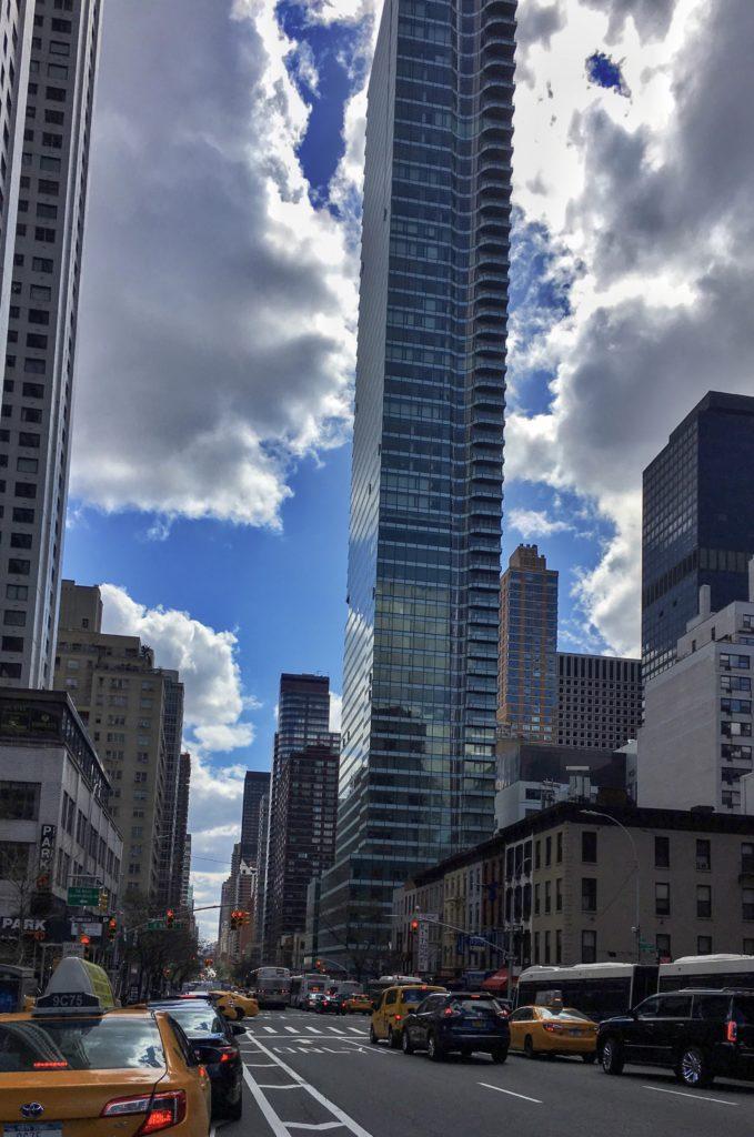 New York'un kadraja sığmayan gökdelenleri ve tepesinde reklam taşıyan taksileri