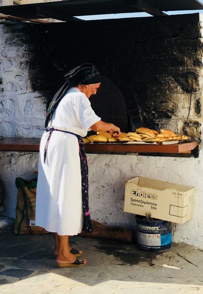 O Milos'un Fırınında Hazılık Yapan Anne