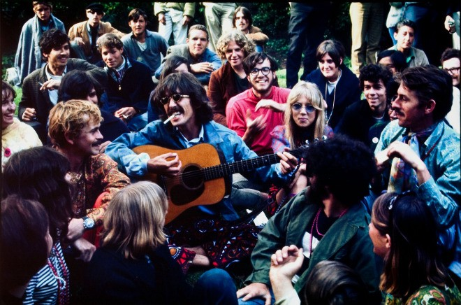 The Beatles grubunun gitaristi George Harrison, Haight Ashbury ziyaretinde hippilerle birlikte