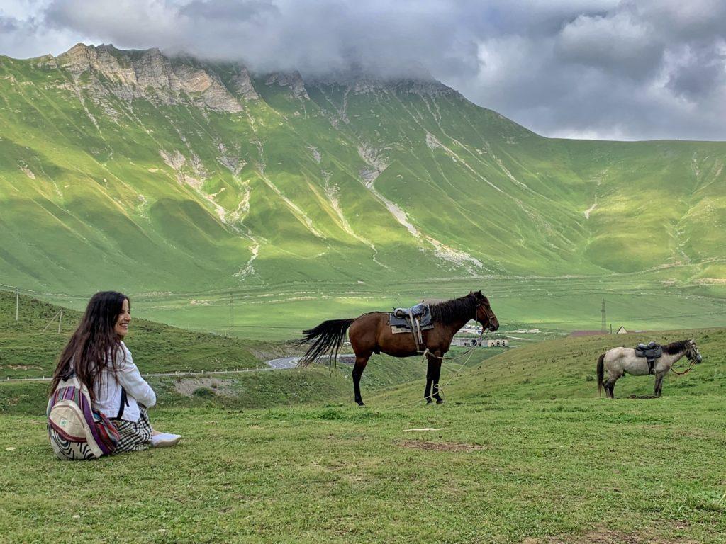Kazbegi dağlarında atlar