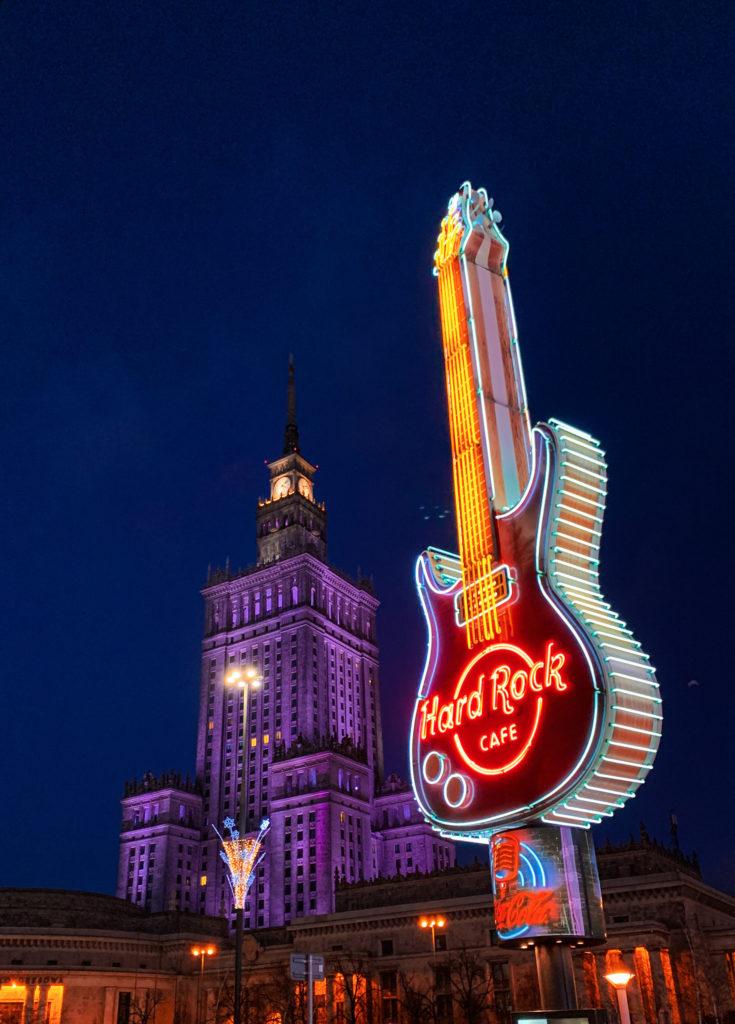 Hard Rock Cafe tabelası ve arkada Kültür ve Bilim Sarayı, Varşova