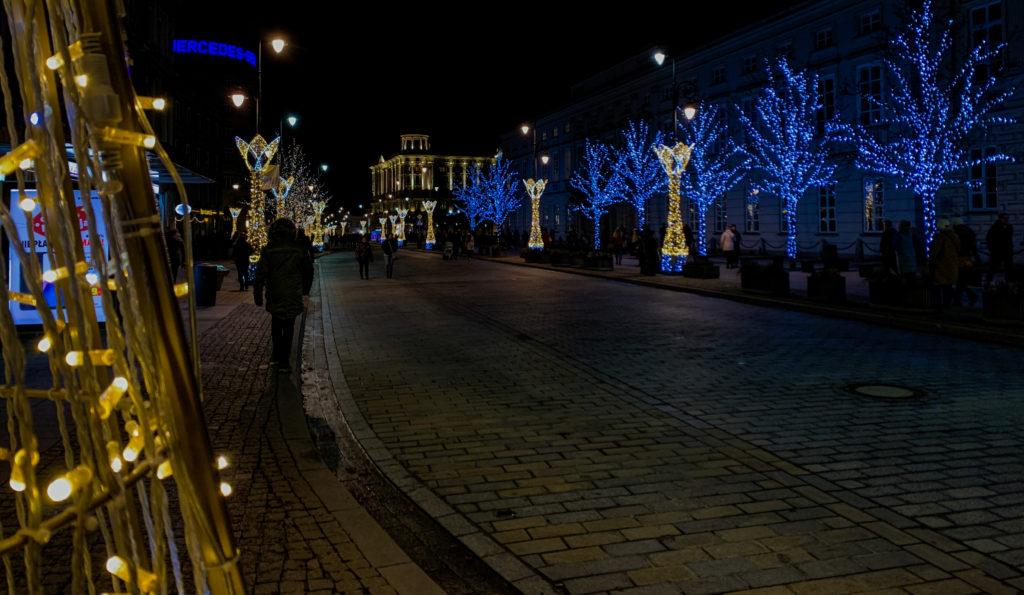 Yeni yıl için süslenmiş cadde ve sağda Bristol Oteli, Varşova