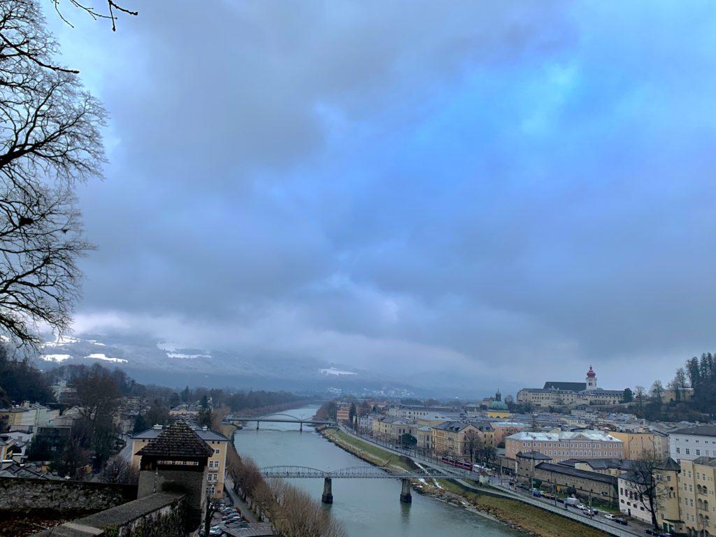 Salzach Nehri, köprüler ve arkada uzanan Alp Dağları, Salzburg